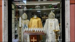 Auf nicht so übliche Pfade hinter die Kulissen geschaut:  Shop für bischöfliche Gewänder im Vatikan