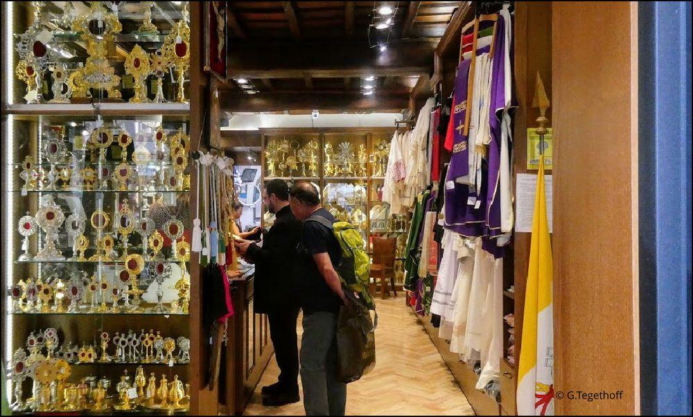 Auf nicht so übliche Pfade hinter die Kulissen geschaut:   Shop für Liturgische Geräte im Vatikan