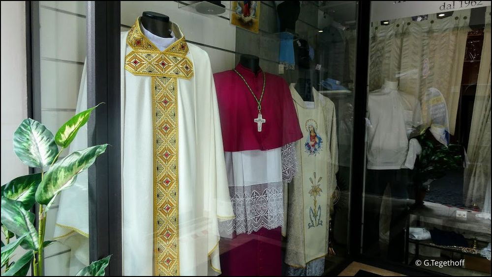 Auf nicht so übliche Pfade hinter die Kulissen geschaut:      Shop für Prälatengewänder im Vatikan