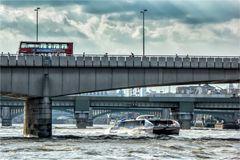 Auf und unter den Brücken..