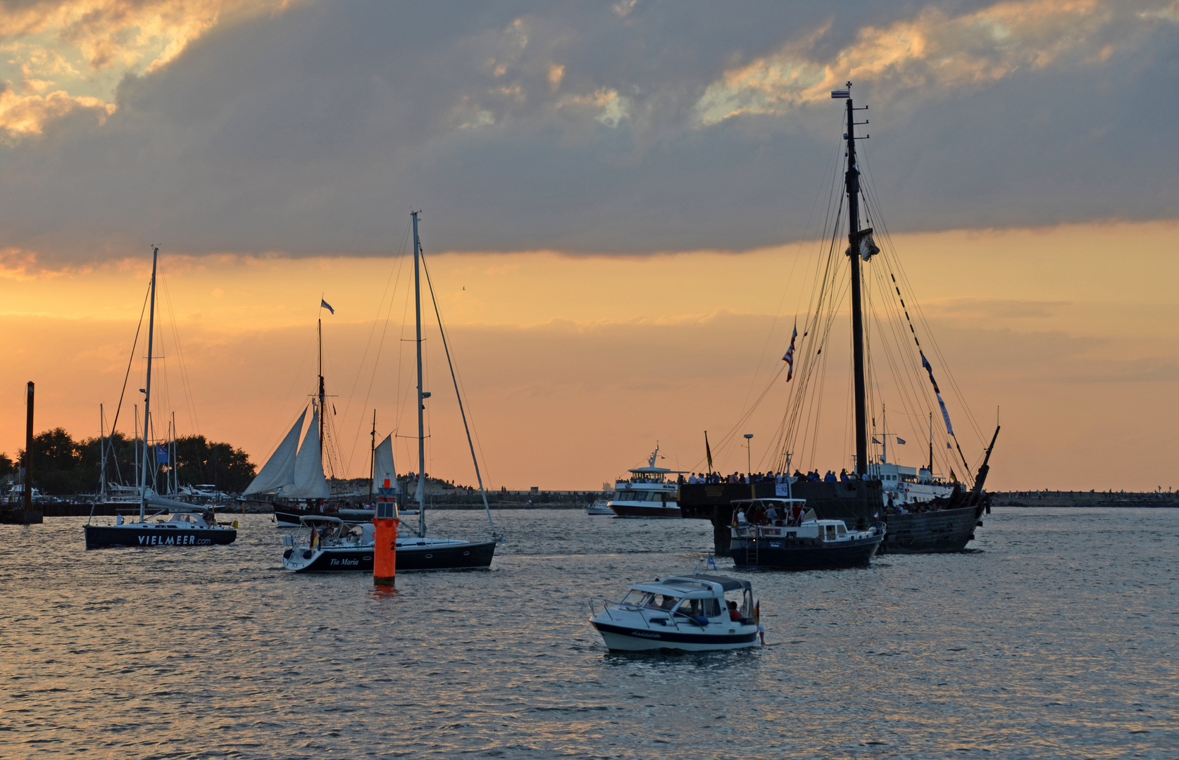 Aufbruch zur Abendfahrt während der Hanse Sail 2014