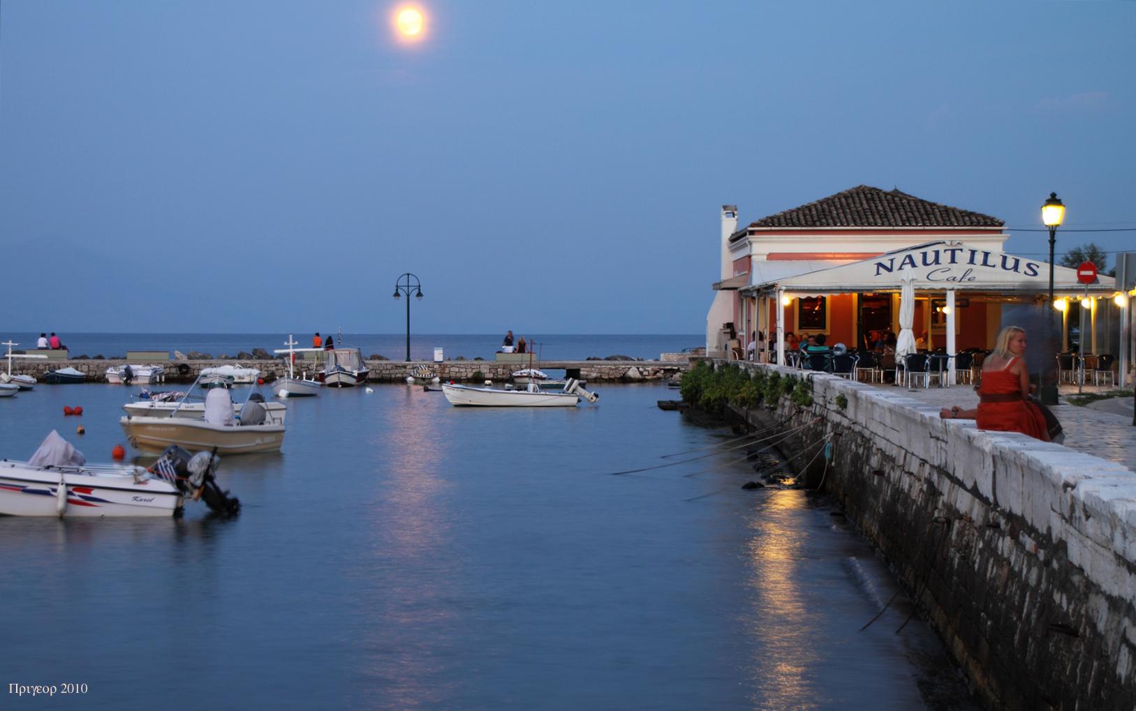 Aufgehender Mond am Ende der Garitsa-Bucht
