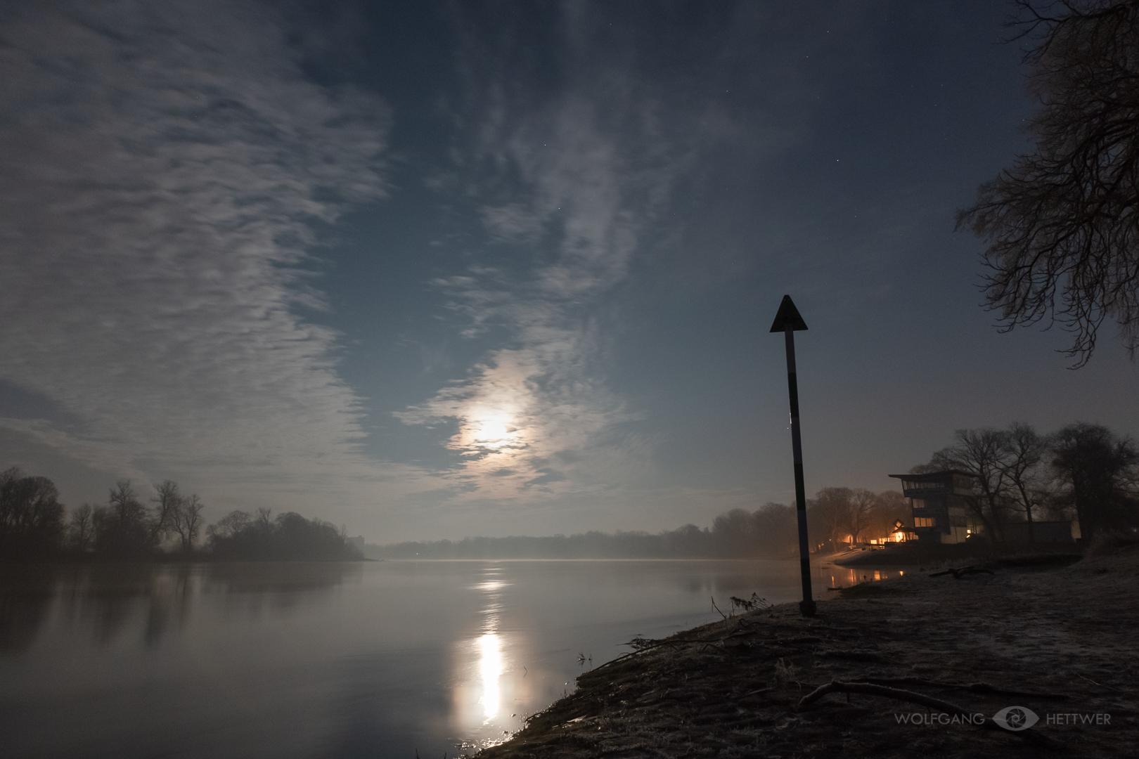 Aufgehender Mond über der Elbe am Kornhaus in Dessau