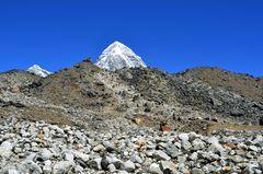Aufstieg nach Gorak Shep auf dem Changri Gletscher
