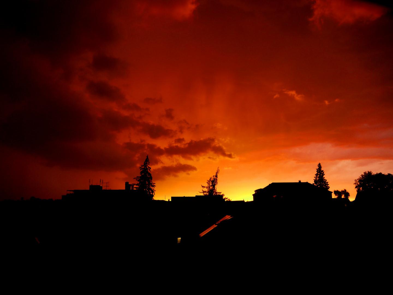 Aufziehendes Gewitter bei Sonnenuntergang