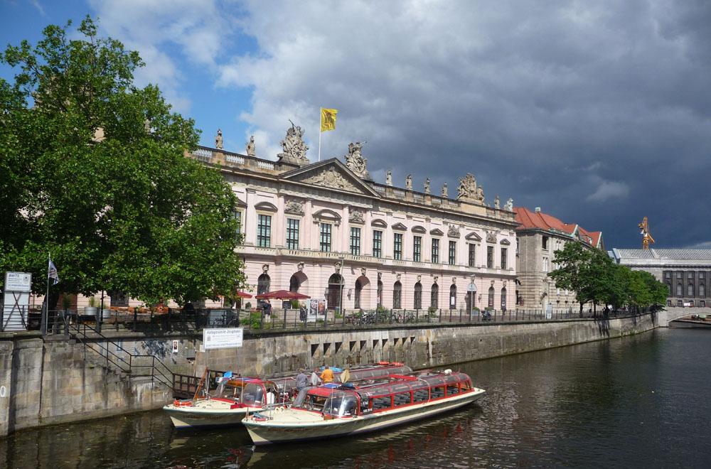 Aufziehendes Gewitter hinter dem Deutschen Historischen Museum