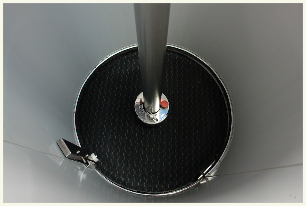 Aufzug in 'Rohrpost'-Design