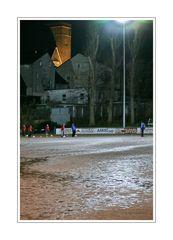 Augen-Blicke (Dorfsportplatz bei nacht under die schatten des Hauptkirche Sonnborn)