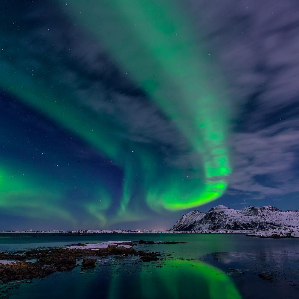 aurora borealis  bei bewölktem himmel und mondlicht