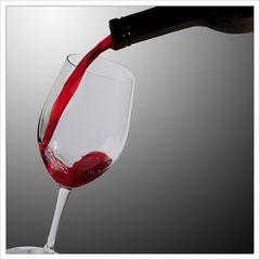 aus der Flasche in das Glas