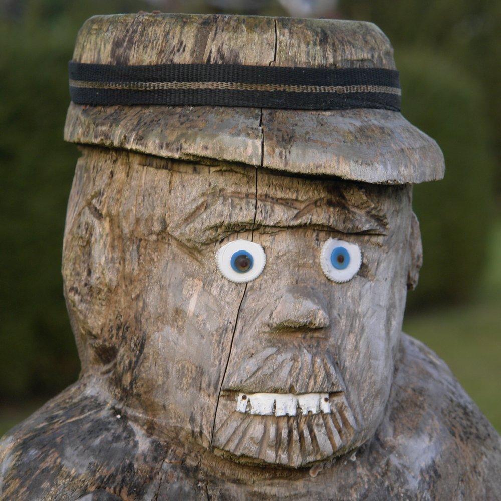 Aus hartem Holz geschnitzt