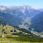 Ausblick auf St. Anton am Arlberg während eines Zwischenstopps…