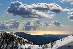 Ausblick von schneebedeckten Bergen auf das Mittelmeer