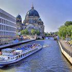 Ausflugsschiff vorm Berliner Dom
