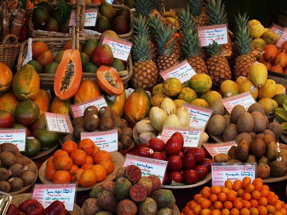 Auslagen in einem Obststand