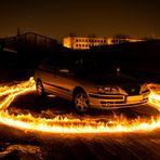 Auto im Feuerkreis