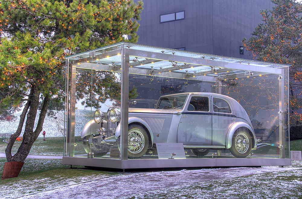 Auto im Glaskasten