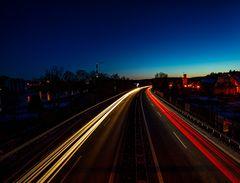 Auto Lichtstreifen in Obernburg mit Rechts dem Almosenturm