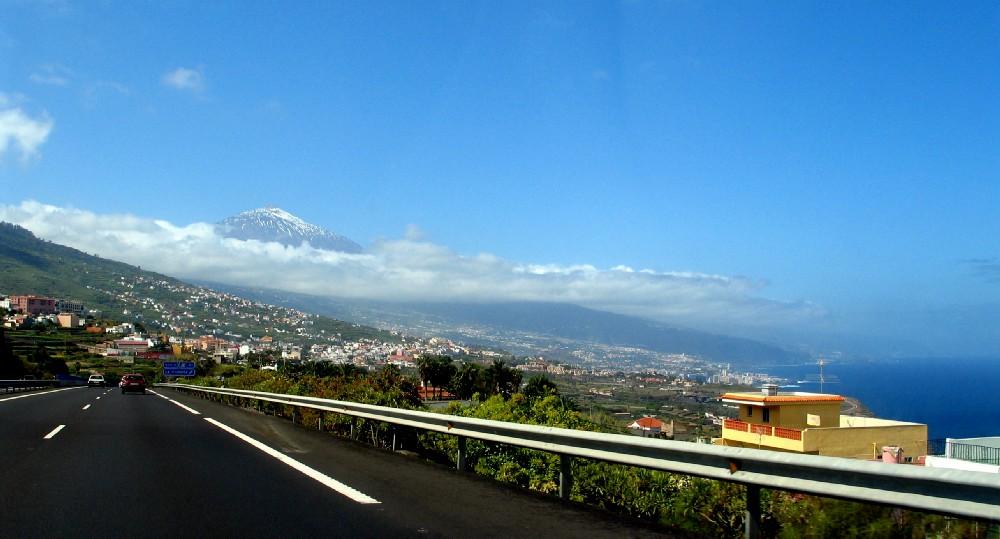 Autobahn auf Teneriffa - mit Blick aufs Meer + Vulkan