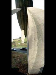 Autobahn-Talbrücke von unten (vertikales Panorama)