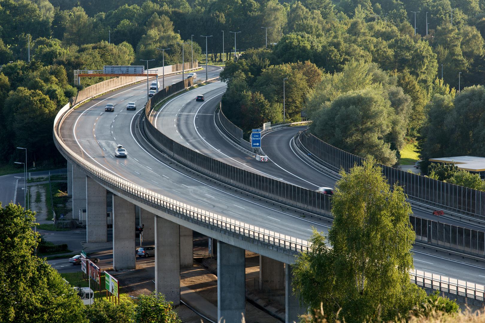 Autobahnabfahrt Linz Dornach (A)