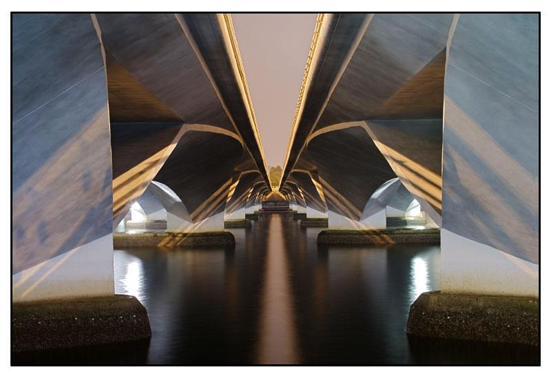 Autobahnbrücke bei Nacht - Singapur
