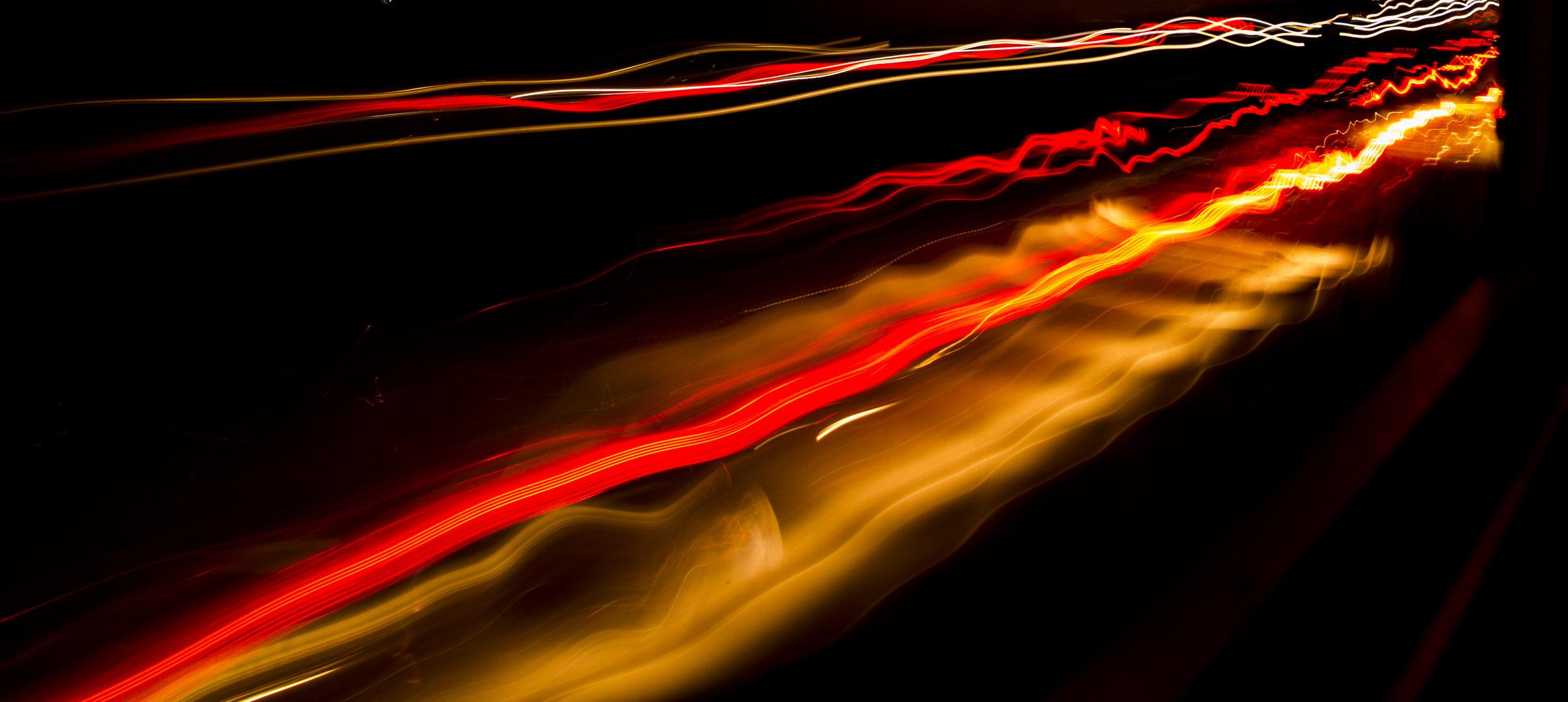 Autorücklichter in dunkler Nacht
