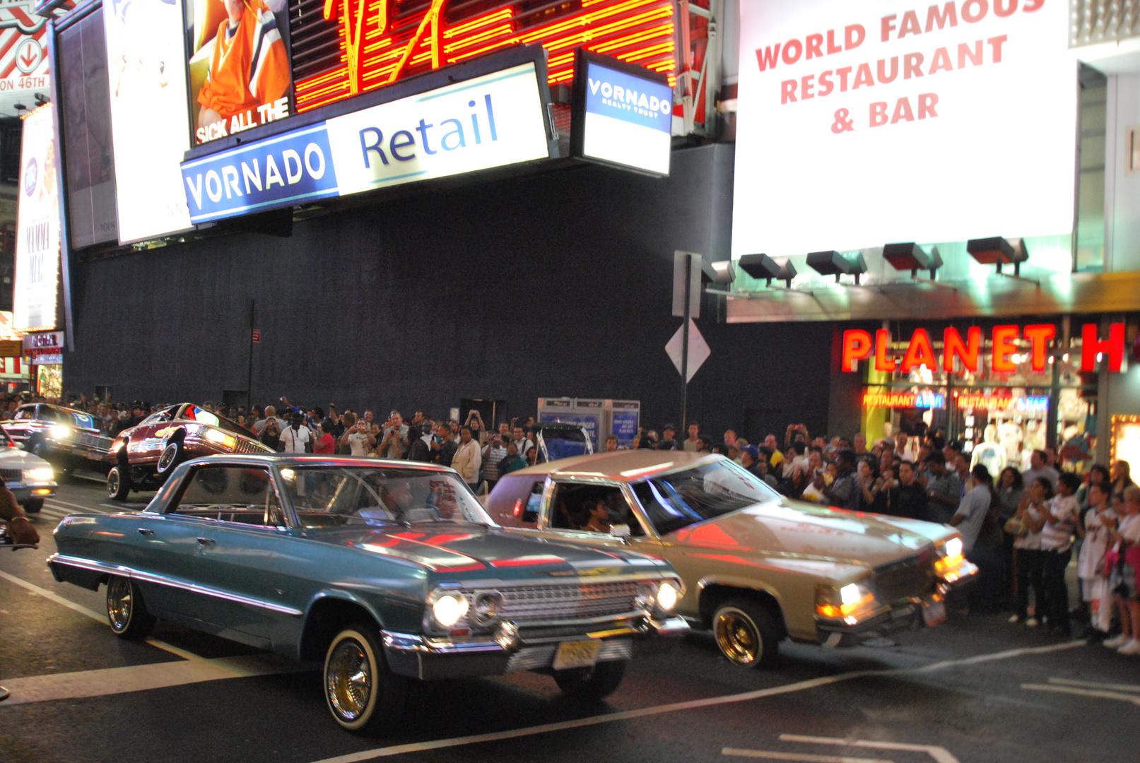 """Autos """"rocken"""" am Times Square"""
