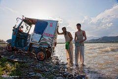 Autowäsche im Swat-River