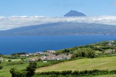Azoren - Blick von Faial auf die Insel Pico ...
