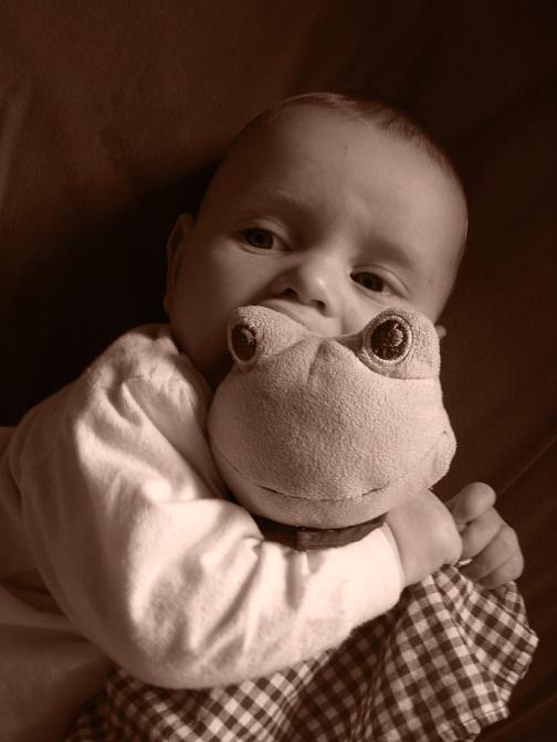 Baby und Kuschelfrosch