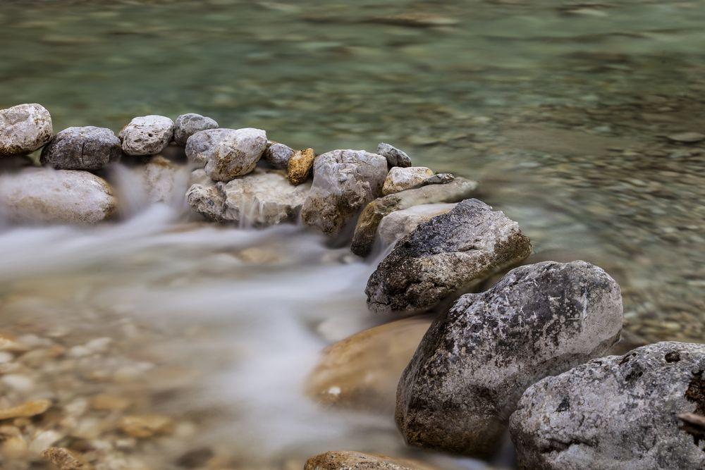 © Bachlauf mit Steinen