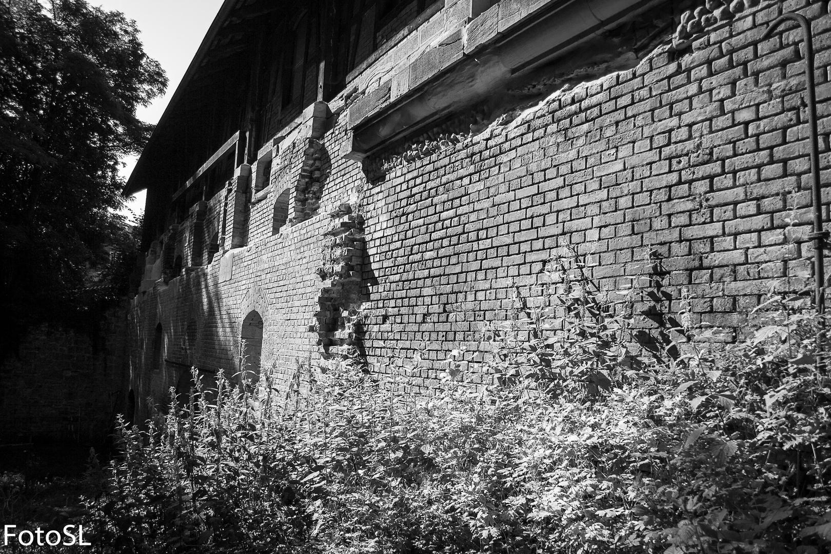 backstein haus schwarz wei foto abrissgeb ude foto bild architektur baustellen building. Black Bedroom Furniture Sets. Home Design Ideas