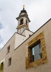 Bad und Kirche in Samedan
