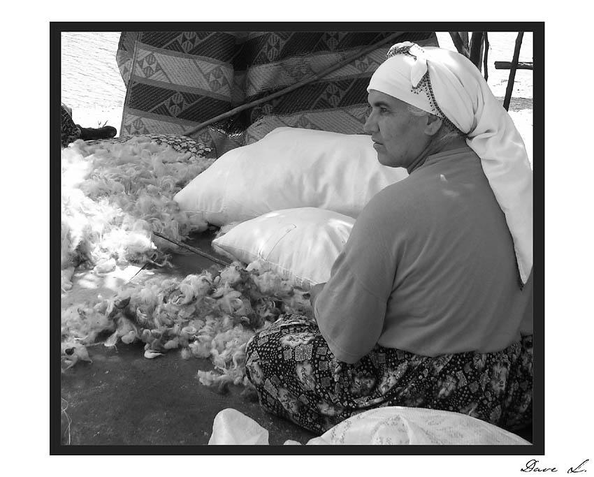 Bäurin mit Schaffell