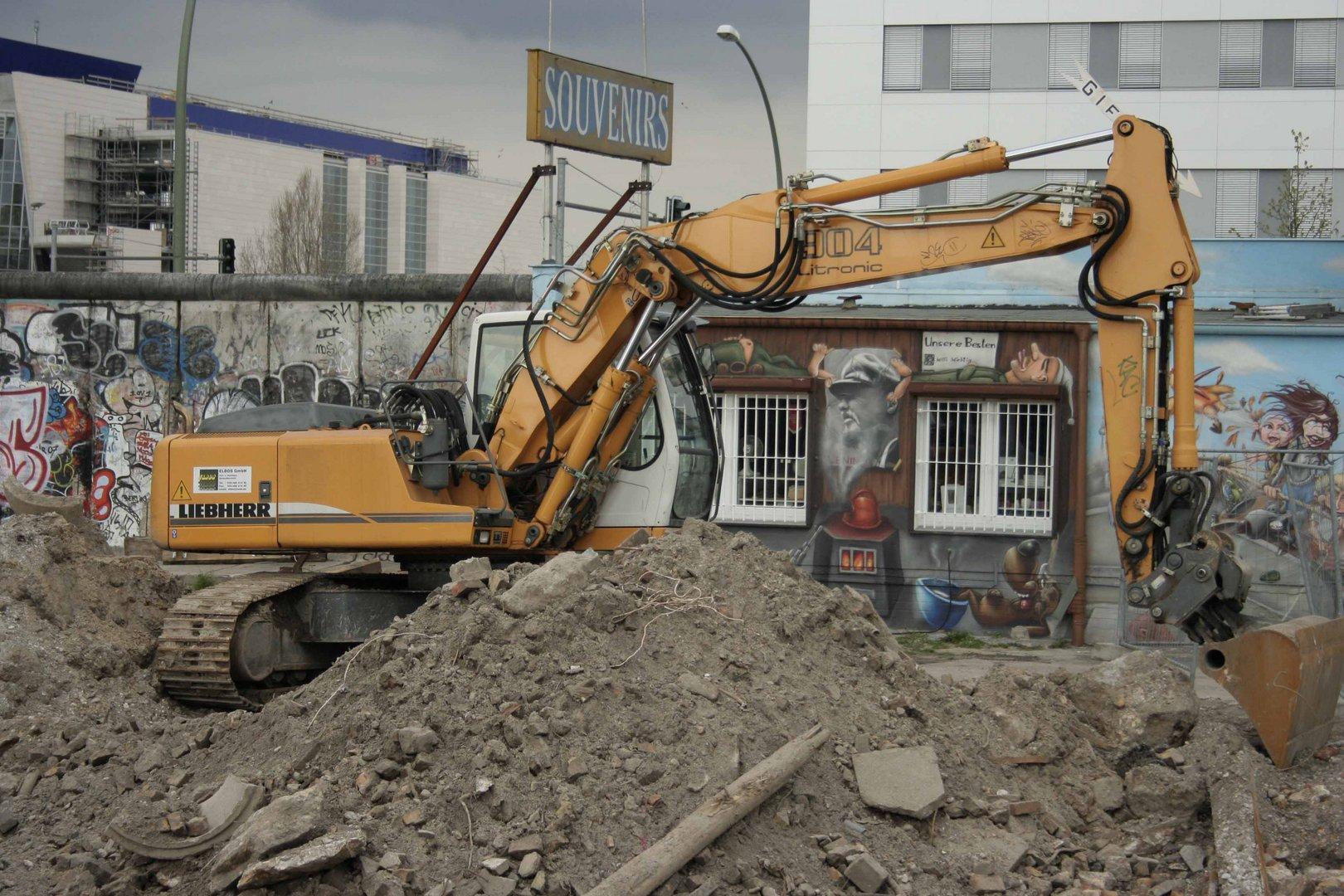 Bagger vor der Berliner Mauer