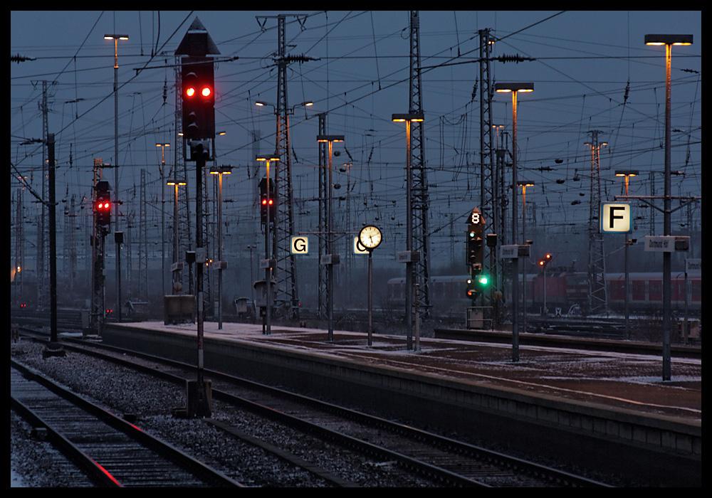 Bahnhof Dortmund - Signale; Leitungen und Schienen