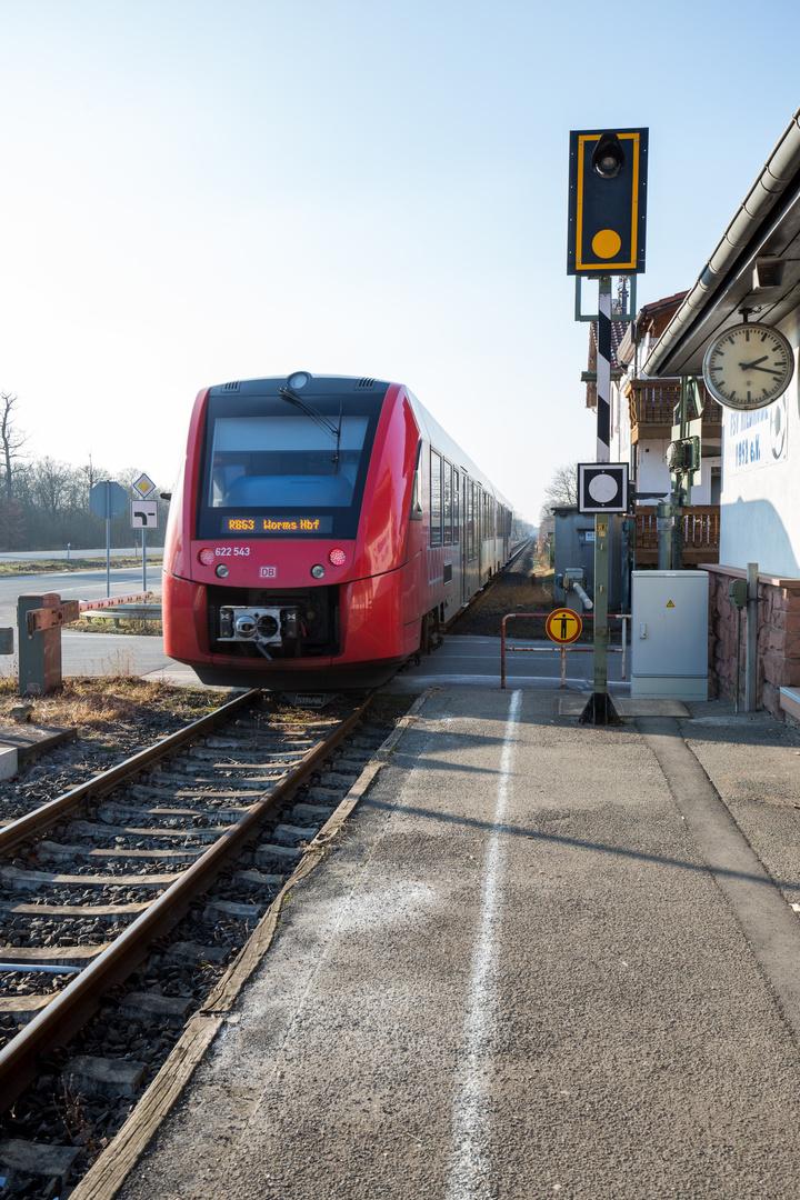 Bahnhof Riedrode - Dieseltriebwagen 622 043 fährt aus