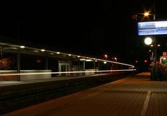 Bahnhof Wunstorf bei Nacht - durchfahrender Zug #1