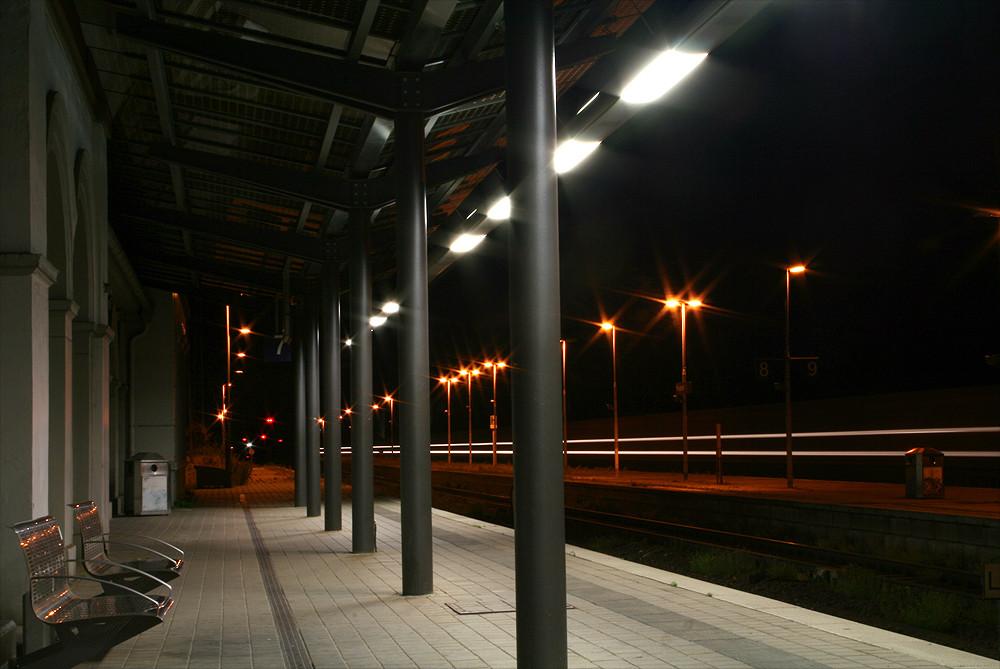 Bahnhof Wunstorf bei Nacht - durchfahrender Zug #2
