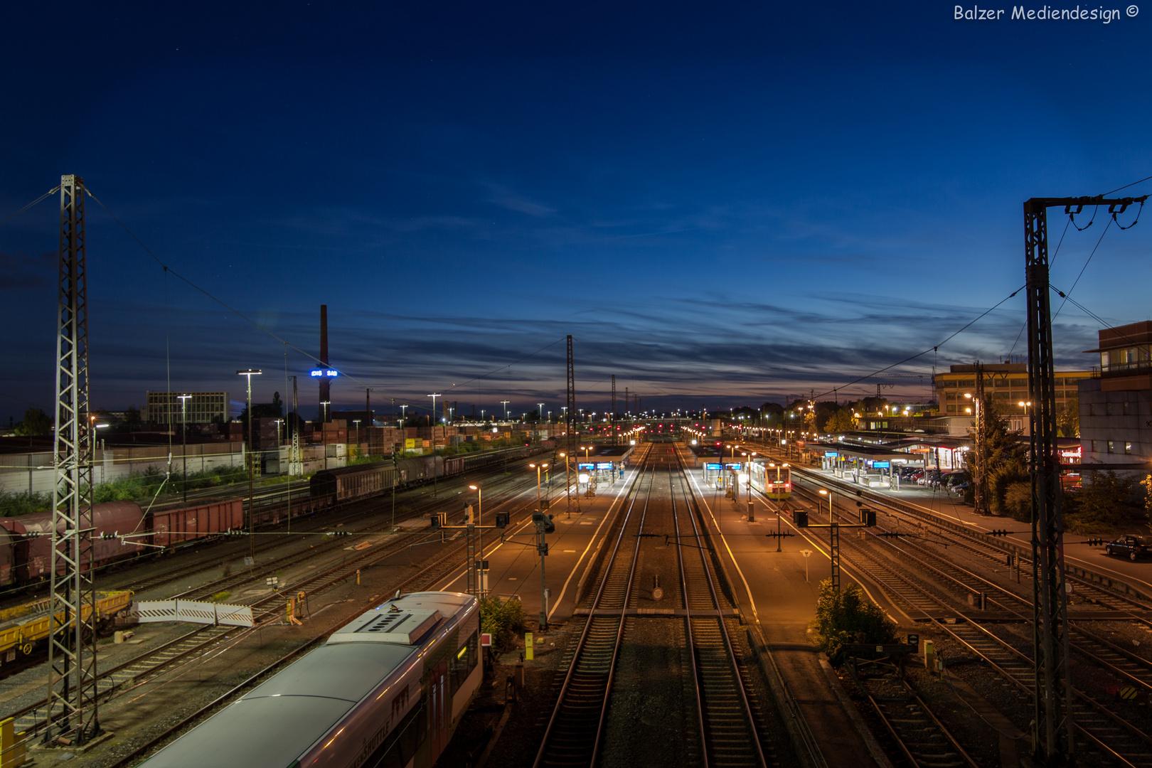 Bahnhof zur blauen Stunde