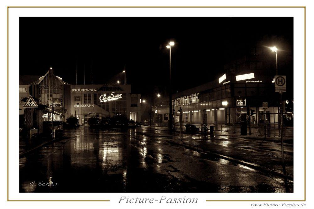 Bahnhofsvorplatz bei Nacht