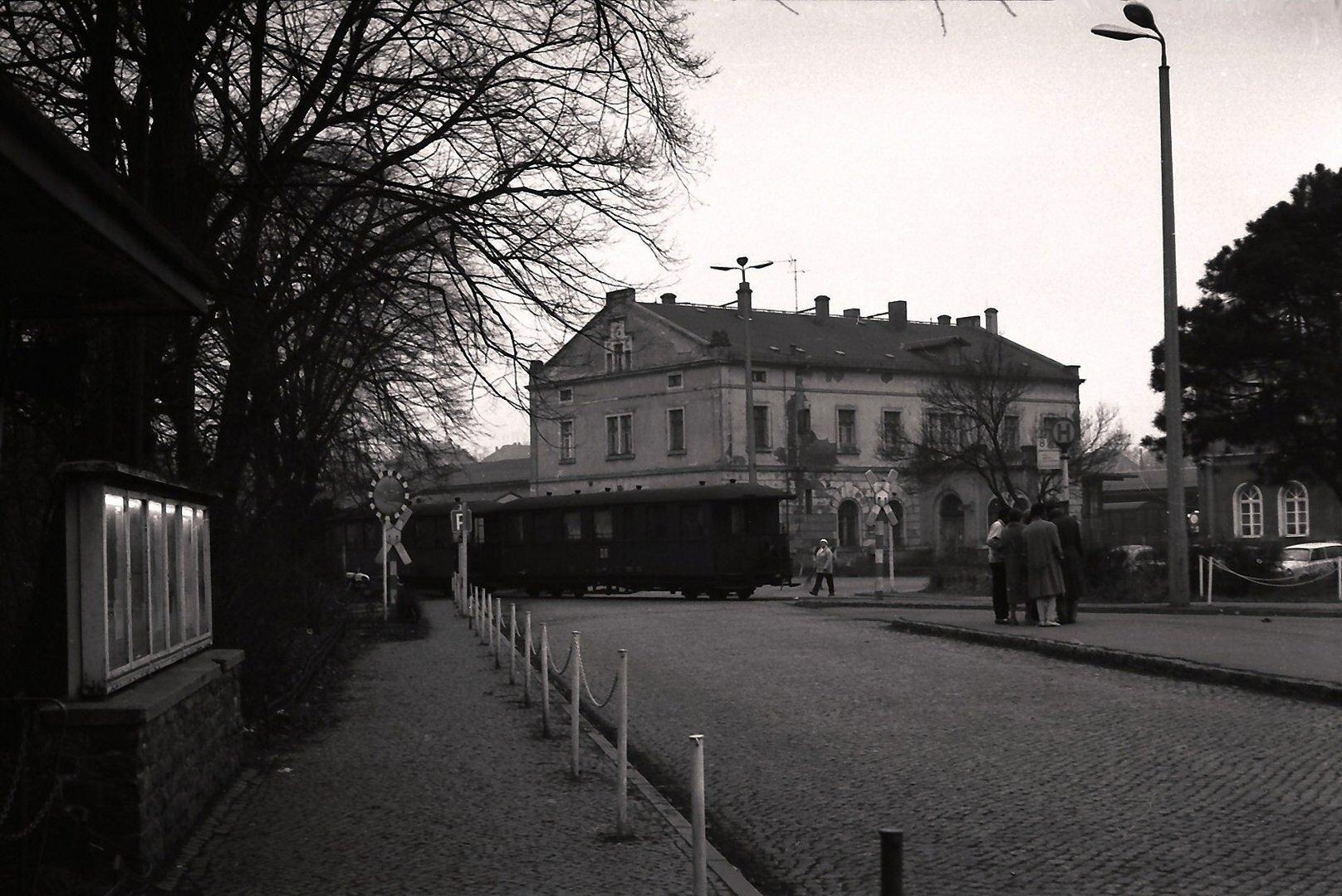 Bahnhofsvorplatz mit Schaukasten