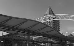Bahnstation am Platz vor der großen Markthalle in Rotterdam