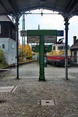 Bahnsteig auf einem alten Bahnhof -2-