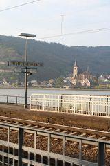 Bahnsteig mit Rheinblick