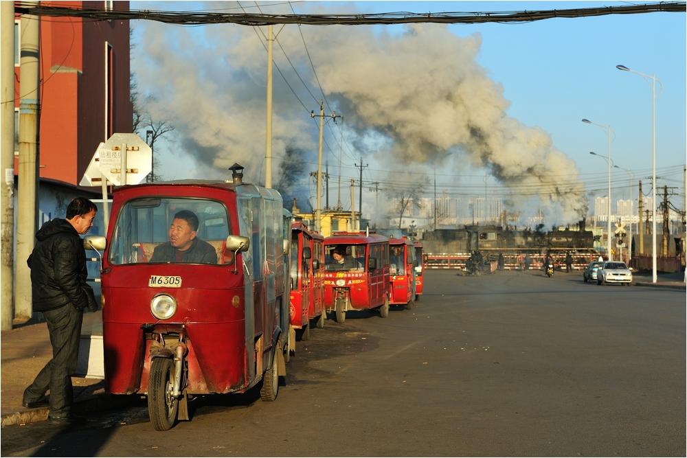Bahnübergänge in Fuxin VI - Am Taxistand...