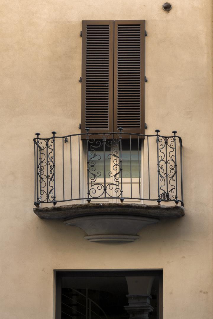 Balcone pendente a Novara
