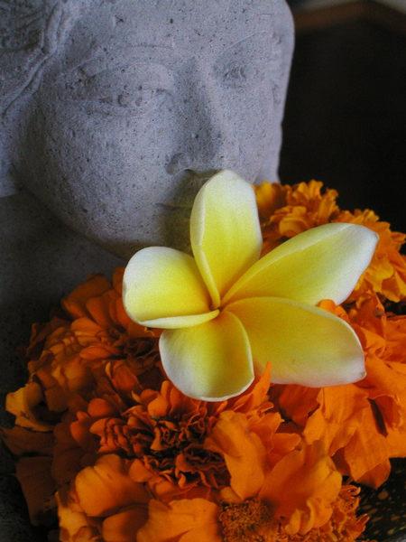 Bali - blumengeschmückte Tempelfigur