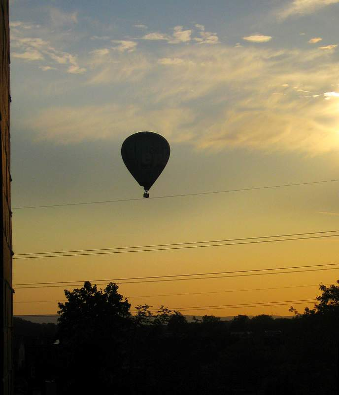 Ballon landet auf Hochspannungsleitung